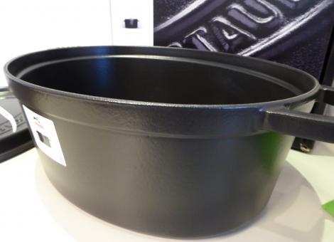 homann schenken kochen wohnen staub cocotte oval 41 cm schwarz gusseisen g nsebr ter induktion. Black Bedroom Furniture Sets. Home Design Ideas